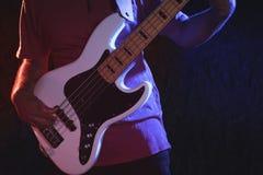 Mittlerer Abschnitt des männlichen Gitarristen Gitarre halten Stockbilder