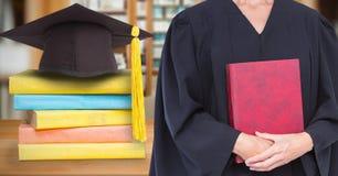 Mittlerer Abschnitt des roten Tagebuchs der graduierten Holding der Frau beim Bereitstehen des Mörserbrettes und des Stapels Büch Stockfoto