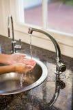Mittlerer Abschnitt von waschenden Händen der Frau Lizenzfreies Stockfoto