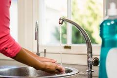 Mittlerer Abschnitt von waschenden Händen der Frau Stockfotos