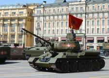 Mittlerer Behälter T-34-85 während der Wiederholung der Parade eingeweiht dem 70. Jahrestag des Sieges im Großen patriotischen Kr Stockfotos