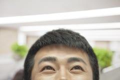 Mittlerer erwachsener Mann, der oben, Augen geschlossen-oben schaut Stockfoto