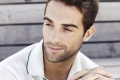 Mittlerer erwachsener Mann im Polohemd lizenzfreies stockfoto