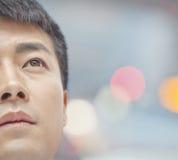 Mittlerer erwachsener oben schauender und erwägender Mann Lizenzfreies Stockbild