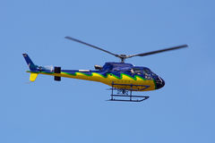 Mittlerer Flug des Hubschraubers Lizenzfreie Stockbilder