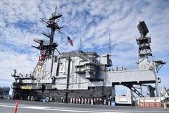 Mittlerer Flugzeugträger USSs in San Diego, Kalifornien lizenzfreie stockbilder