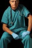 Mittlerer gealterter Doktor gesetzt über Schwarzem Lizenzfreie Stockfotos