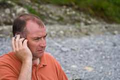 Mittlerer gealterter Mann auf dem Mobile stockfoto