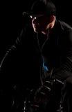 Mittlerer gealterter Mann auf Fahrrad nachts Stockfotografie