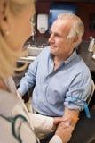 Mittlerer gealterter Mann, der Blutprobe durchführen lässt Lizenzfreie Stockfotografie