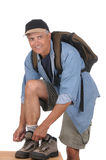 Mittlerer gealterter Mann, der für eine Wanderung sich vorbereitet Lizenzfreie Stockfotos