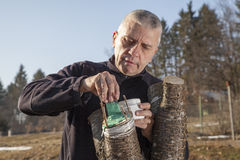 Mittlerer gealterter Mann, der Obstbaum verpflanzt Lizenzfreies Stockbild