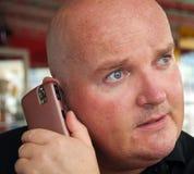 Mittlerer gealterter Mann unter Verwendung eines Handys Lizenzfreies Stockbild