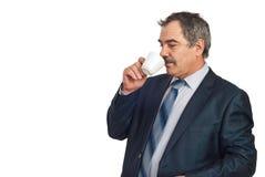 Mittlerer gealterter trinkender Kaffee des Geschäftsmannes Lizenzfreies Stockbild