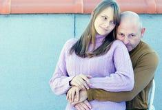Mittlerer gealterter Vater und junge Jugendlichtochter stockfoto