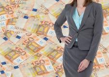 Mittlerer Gleisarbeiter der Geschäftsfrau auf Hüfte gegen Geldhintergrund Stockbilder