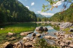 Mittlerer Gosausee in Austria di estate, rocce in acqua Fotografie Stock