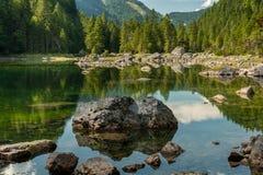 Mittlerer Gosausee in Austria di estate, rocce in acqua Immagine Stock Libera da Diritti