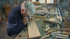 Mittlerer Handschuß des Holzschnitzers stock footage