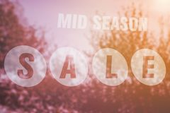Mittlerer Jahreszeit-Verkauf unterzeichnen herein ein Schaufenster Lizenzfreie Stockbilder