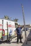 Mittlerer Ost-Mitzpe Ramon, Israel 29. Februar a-Arbeitskraft mit einer Leiter und Auto Lizenzfreies Stockfoto