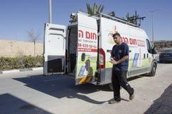 Mittlerer Ost-Mitzpe Ramon, Israel 29. Februar die Autofirma-Hom-Hanegevinstallation von Solarwarmwasserbereitern und Arbeiten Stockbilder