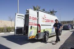 Mittlerer Ost-Mitzpe Ramon, Israel 29. Februar die Autofirma-Hom-Hanegevinstallation von Solarwarmwasserbereitern und Arbeiten Lizenzfreie Stockfotos