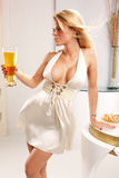 Mittlerer Schuß von einem blonden, Bier essend Lizenzfreies Stockbild