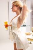 Mittlerer Schuß von einem blonden, Bier essend Stockbilder