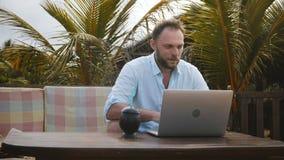 Mittlerer Schuss der glücklichen erfolgreichen lächelnden Mitte alterte Geschäftsmann unter Verwendung des Laptops, um online an  stock video