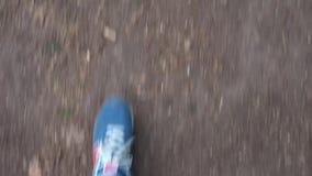 Mittlerer Schuss des gehenden Mannes der Füße Erst-Personenumb. stock video footage