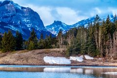 Mittlerer See, Bogen-Tal-provinzieller Park, Alberta, Kanada Lizenzfreies Stockfoto