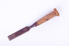 Mittleres altes benutztes flaches Meißelholz, das Holzbearbeitungswerkzeuge auf dem weißen Hintergrundrost-Zimmereiwerkzeug lokal Stockfotos