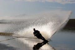 Mittleres gealtertes Mann-Slalomskifahren Lizenzfreies Stockfoto