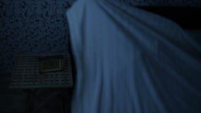 Mittleres geschossenes Mädchen in den Pyjamas nachts kommt zum Bett und geht schlafen Vorbereitung für Schlaf Der Effekt des Amer stock video footage