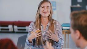 Mittleres geschossenes Porträt des jungen erwachsenen glücklichen erfolgreichen europäischen weiblichen Geschäftstrainers, de stock footage
