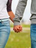 Mittleres Kapitelbild der Hände einer Paarholding Lizenzfreies Stockbild