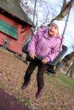 Mittleres Schwingen des kleinen Mädchens Stockfoto