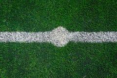 Mittlinje av ett fotbollgräsfält Arkivbild