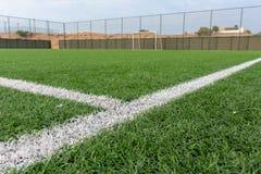 Mittlinje för fotbollfält som beskådas från jordningen in mot målet royaltyfri fotografi