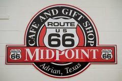 Mittpunkten av det Route 66 tecknet Halv väg MittpunktkaféRoute 66 kafé royaltyfri foto