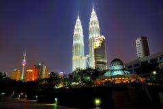 mittstadsKuala Lumpur petronas torn kopplar samman Arkivfoto