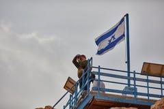 Mitzpe拉蒙, 2016年12月02日:在以色列旗子a附近的摄影师 免版税库存图片