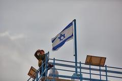 Mitzpe拉蒙, 2016年12月02日:在以色列旗子a附近的摄影师 库存照片