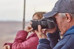 Mitzpe Ramon, 02 2016 Grudzień: Fotograf bierze obrazki m Obraz Stock