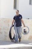 Mitzpe Ramon, Israel The installation av den nya sol- compaen för vattenvärmeapparater - arbeta Ronnie Sasi med svarta kablar Royaltyfri Bild