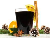 Miulled wino z cynamonem i sosną Konusuje na białym tle zdjęcia stock