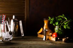 Mixbecher für das Vorbereiten eines Sommercocktails mit kann für Anzeige oder Montage benutzt werden Ihre Produkte Stockfoto