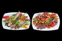 Mixed grillplatta Blandat fisk- och köttuppläggningsfat isolerat Royaltyfri Foto