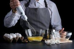 mixer en deeg recept van pastei of cakeconcept op dark stock fotografie